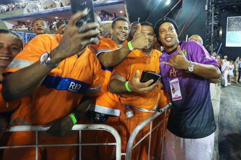 Carnaval 2019: Ronaldinho Gaúcho tira fotos com os garis na Sapucaí, neste sábado (2)