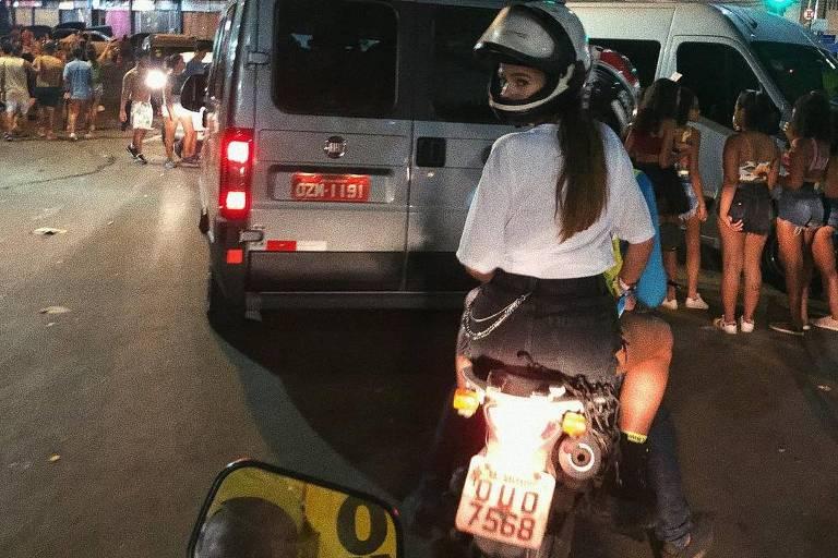 Bruna Marquezine deixa Carnaval de Salvador em mototáxi ao estilo Anitta em 'Vai Malandra'
