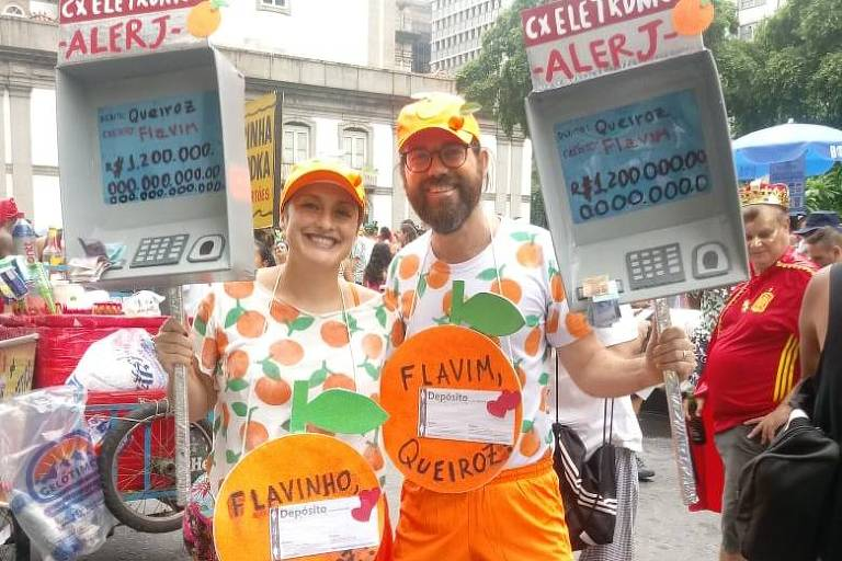 O artista plástico Marcelo Oliveira, 48, e a atriz Fernanda Maia, 40, reproduziram em papelão um caixa eletrônico da Alerj
