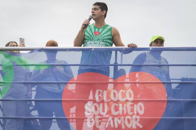 Pastor fala durante Bloco Evangélico Cheio de Amor, na avenida Lúcio Costa, na Barra da Tijuca, no Rio de Janeiro