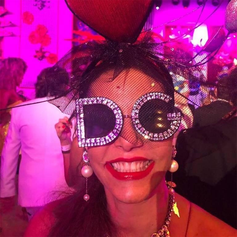 Narcisa Tamborindeguy usa óculos de R$ 4.600 para curtir Carnaval
