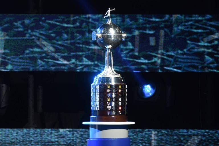 Taça da Copa Libertadores exposta na sede da Conmebol, em Luque, no Paraguai