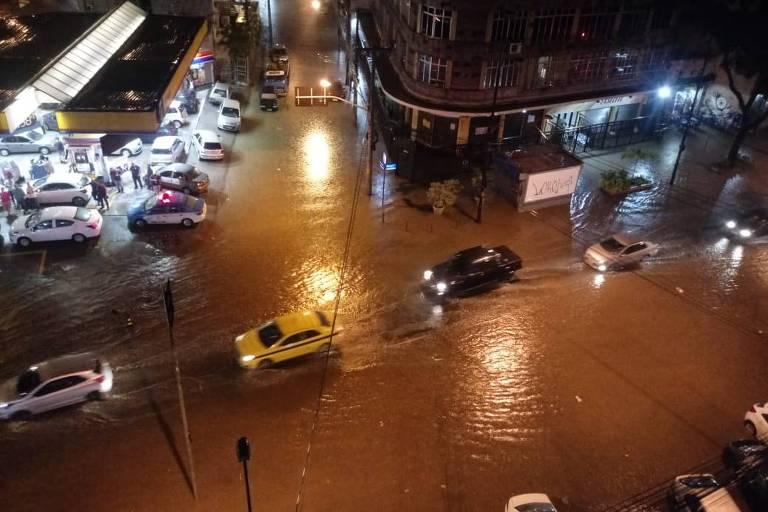 Chuva alaga rua no Rio Comprido, bairro da zona norte do Rio