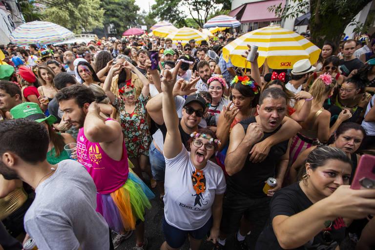 Foliões curtem domingo de Carnaval em SP