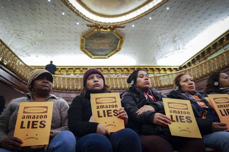 Na prefeitura de NY, manifestantes protestam contra a instalação de escritórios da Amazon