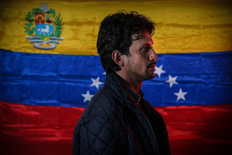 Carlos Barrios, de perfil, com a bandeira da Venezuela ao fundo