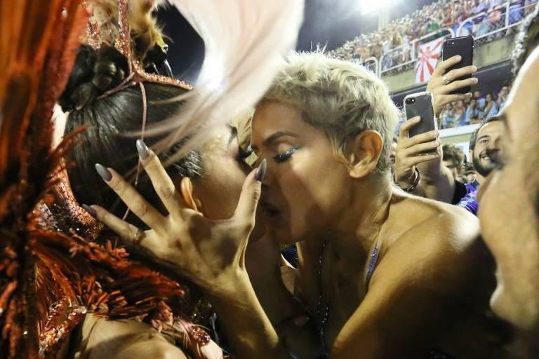 Juliana Paes e Deborah Secco dão 'selinho' na Sapucaí durante desfile da Grande Rio