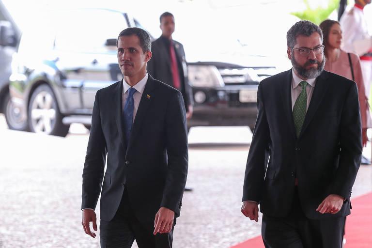 O chanceler Ernesto Araújo (dir.) com o autodeclarado presidente interino da Venezuela, Juan Guaidó, em Brasília