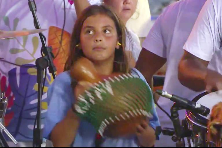 Marcelinho, filho de Ivete Sangalo, toca percussão no trio da cantora