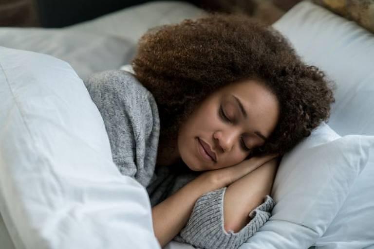 Estudo analisou como a restrição do sono e um repouso maior no fim de semana afetam a saúde do metabolismo