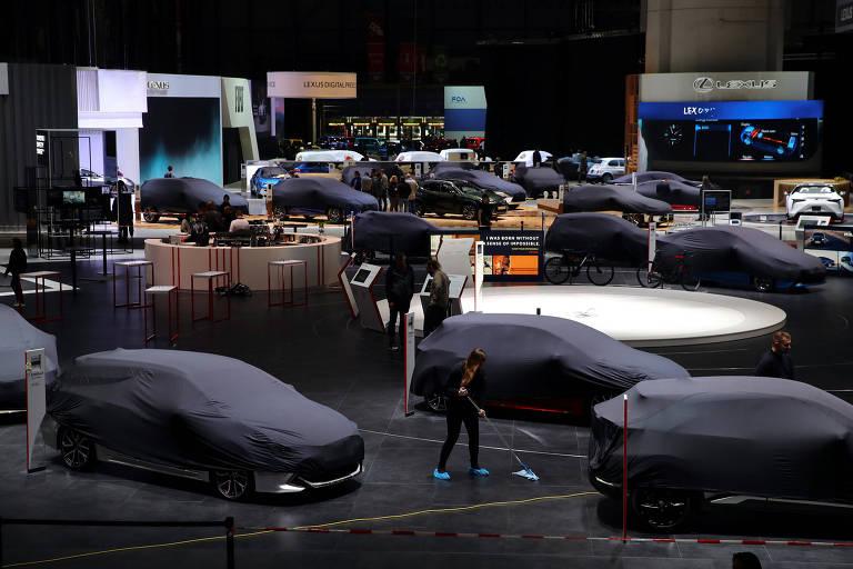 Salão de Genebra, com veículos ainda cobertos antes da abertura oficial do evento