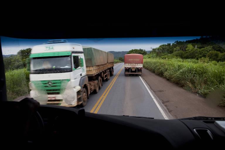 Caminhões graneleiros na estrada BR-163, em Mato Grosso