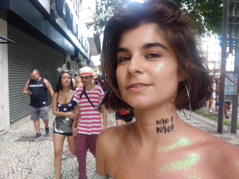 A estudante de relações internacionais Isabela Pereira, 20, com o slogan da campanha