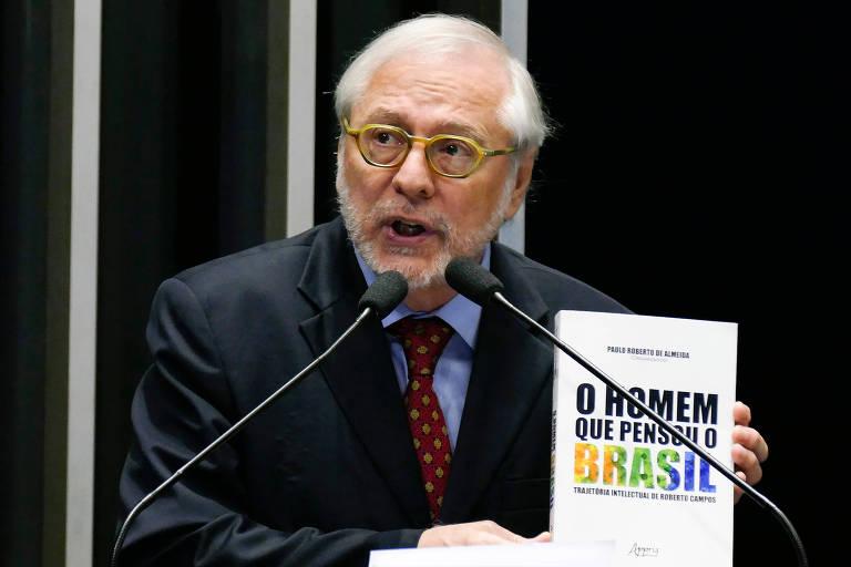 O diplomata Paulo Roberto de Almeida discursa no Senado e exibe livro de sua autoria