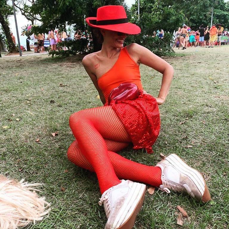 Camila Pitanga se inspira na personagem Carmen Sandiego para curtir o Carnaval