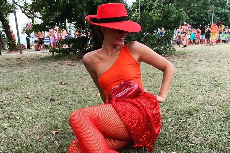 Camila Pitanga se fantasia da ladra Carmen Sandiego, personagem de jogo e série da Netflix