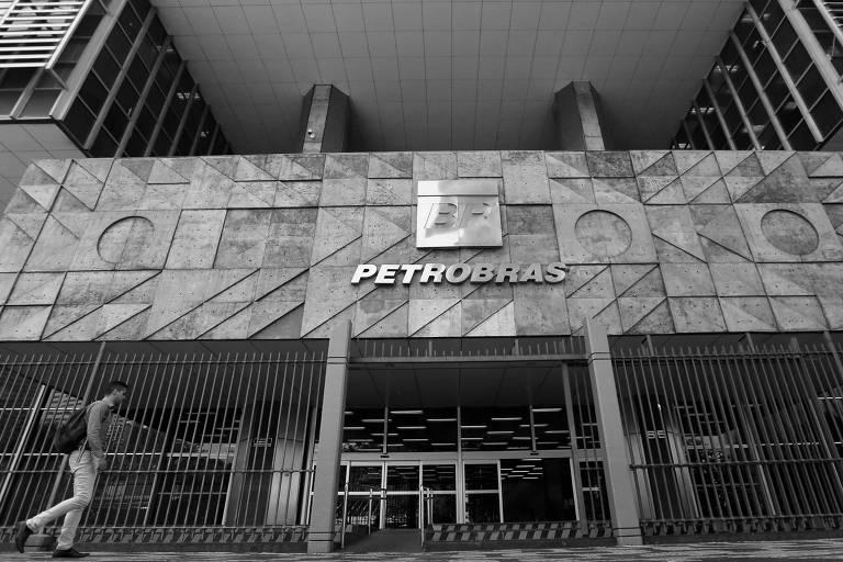 Homem passa em frente à sede da Petrobras no Rio de Janeiro