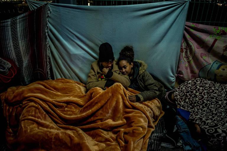 Imigrantes em busca de asilo acampam próximo à fronteira entre o México e os Estados Unidos