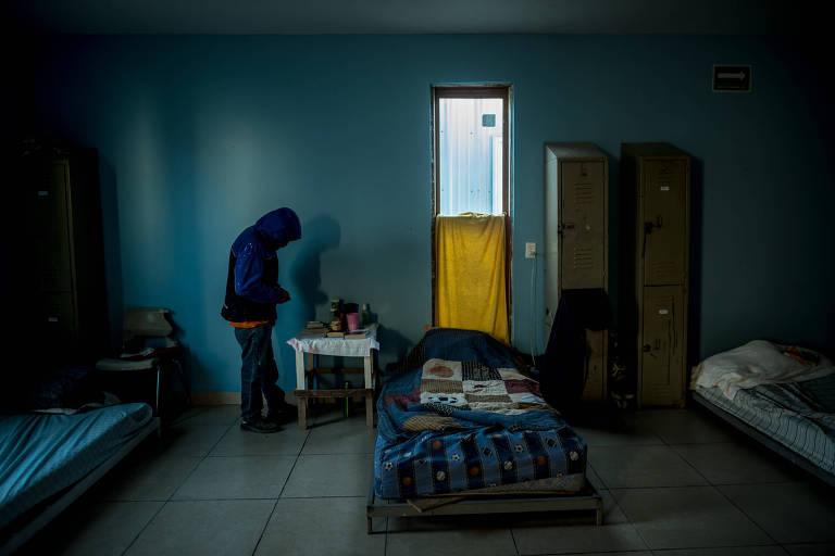 Imigrante em abrigo em Reynosa, no México