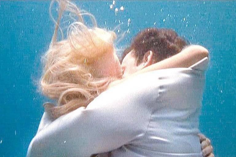 """Os atores Daryl Hannah e Tom Hanks em cena de """"Splash"""" (1984)"""