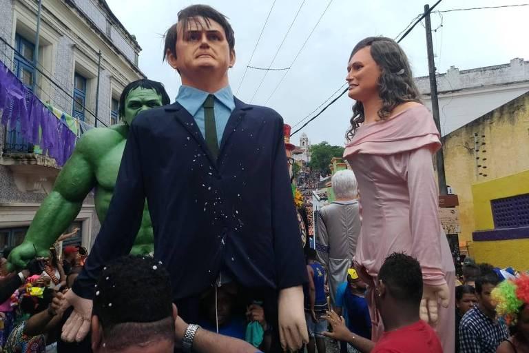 Bonecos gigantes de Bolsonaro e Michele desfilam em Olinda