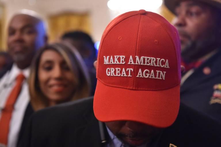 Homem usa boné com a frase 'Make America Great Again', slogan de campanha de Donald Trump, em evento na Casa Branca