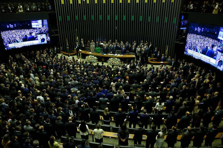 Deputados e familiares no plenário da Câmara momentos antes da posse dos parlamentares