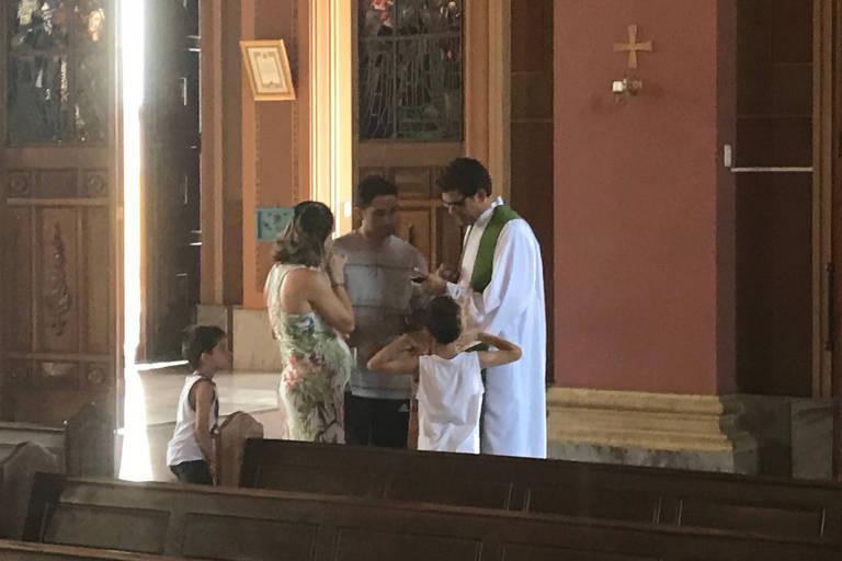 O padre Edmilson José da Silva, 48, administrador pro tempore, atende fiéis na basílica de Americana