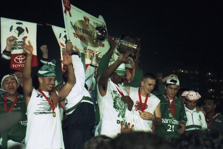César Sampaio, capitão do Palmeiras, ergue a taça de campeão da Libertadores de 1999