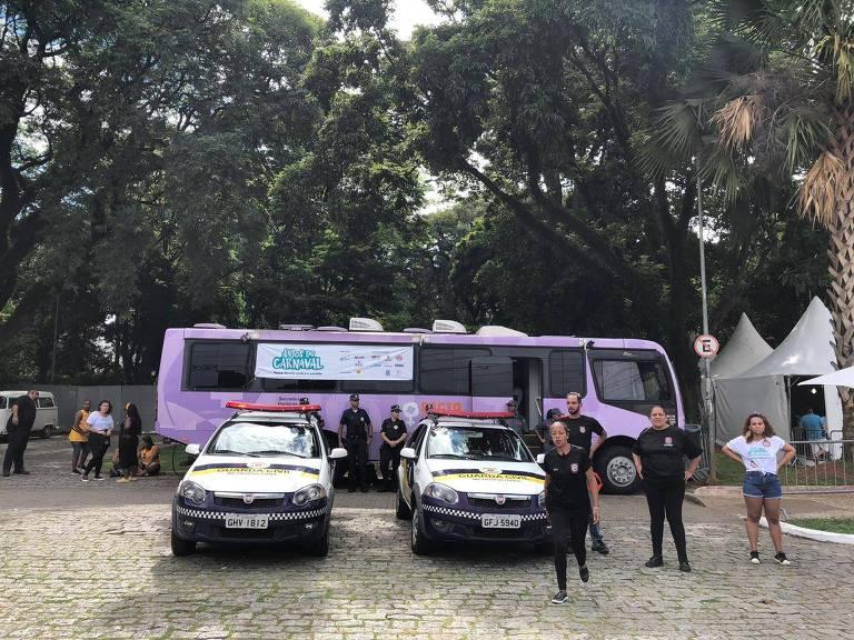 Ônibus Lilás, da Prefeitura de São Paulo, colocado na avenida Tiradentes para ajudar mulheres em caso de assédio