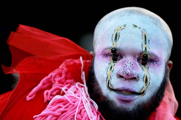 Participante do Mardi Gras em Nova Orleans caracterizado para o desfile nesta terça-feira (5)