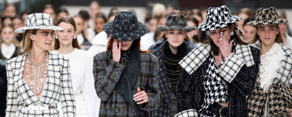Cara Delevingne e outras modelos durante o desfile da Chanel, nesta terça (5)