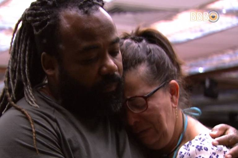 Rodrigo e Tereza se abraçam na cozinha no BBB 19