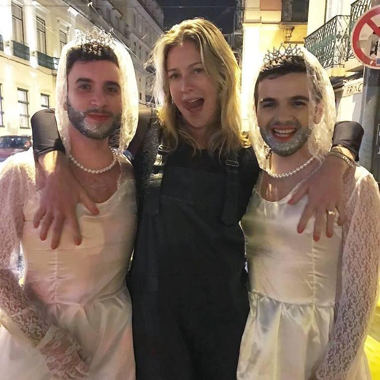 Luana Piovani posa com foliões em Lisboa