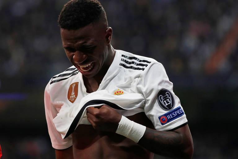 Vinicius Junior deixa o campo chorando após lesionar-se durante a derrota para o Ajax
