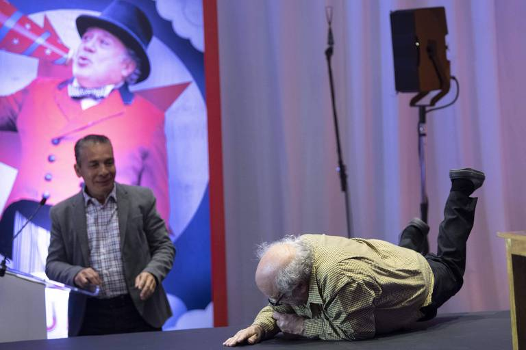 "Danny DeVito cai durante evento de ""Dumbo"" no México"