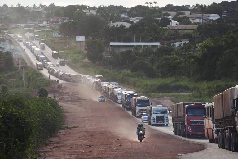 Fila de caminhões graneleiros carregados na BR-163, próximo a Jaciara (MT)