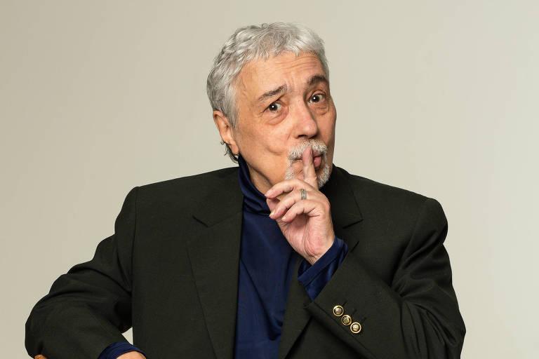 Homem faz sinal de silêncio com o dedo indicador