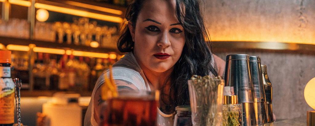 Michelly Rossi, chef de bar do Fel, prepara o drinque Dandara,  que ela criou para fazer parte do projeto #eubebosozinha
