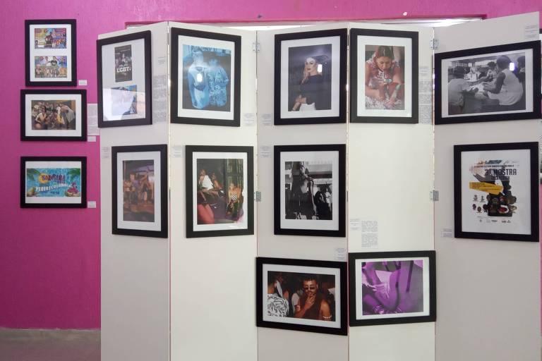 Diversos quadros emoldurados espalhados por um biombo e pela parede