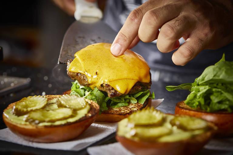 Hambúrguer sendo preparado pela equipe da Generoso Burger, no centro