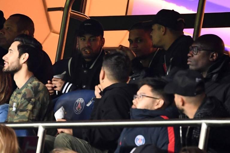 Ao lado do pai (à esq.), Neymar assiste à derrota do Paris Saint-Germain para o Manchester United