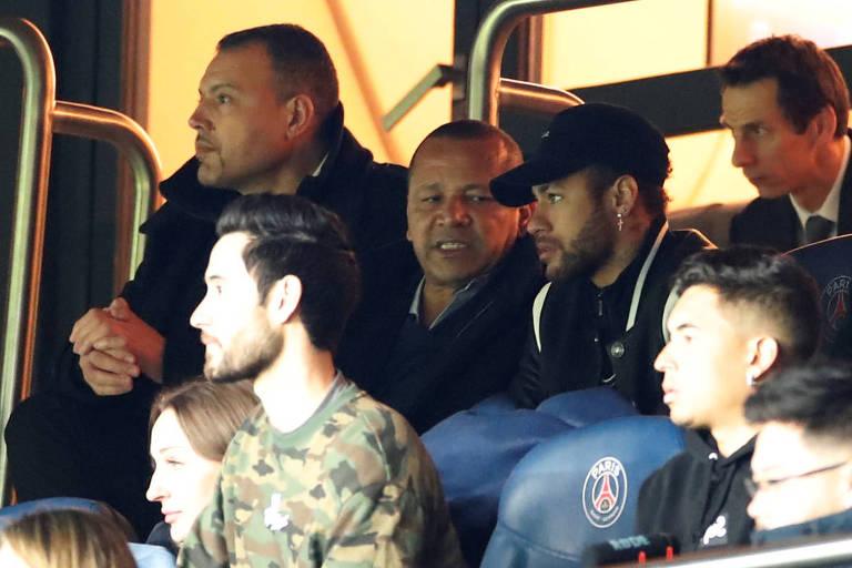 Neymar assiste à eliminação do PSG para o Manchester United na Champions League ao lado do seu pai