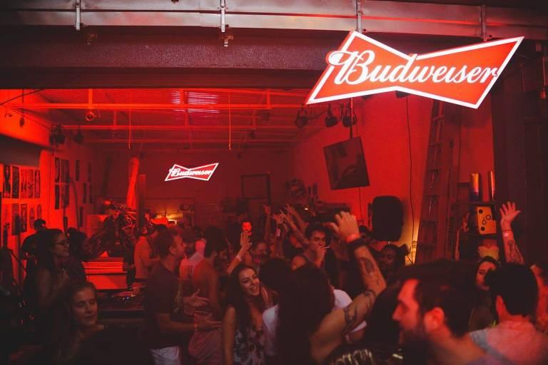 Bud Garage, bar temporário criado pela marca de cervejas Budweiser para o foliões curtirem o Carnaval