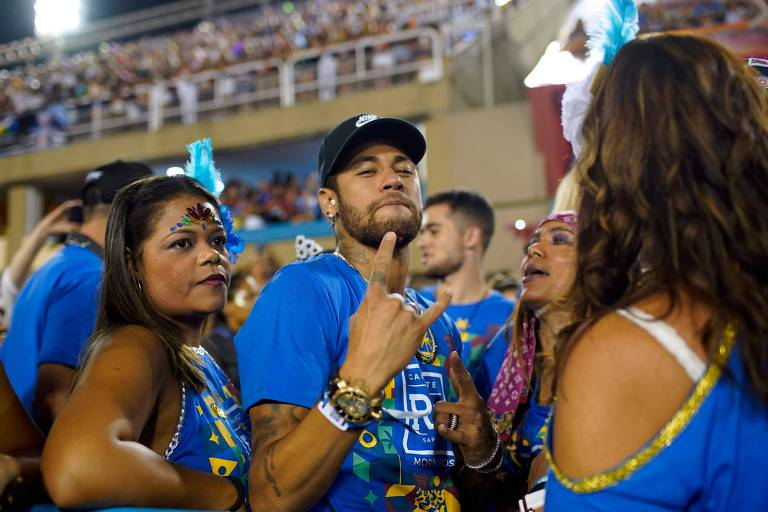Lesionado, Neymar aproveitou o Carnaval na Sapucaí, no Rio