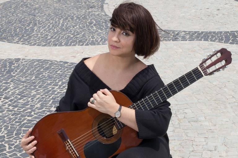 Atriz e cantora Aline Carrocino interpreta Nara Leão em peça 'Nara - A Menina Disse Coisas'