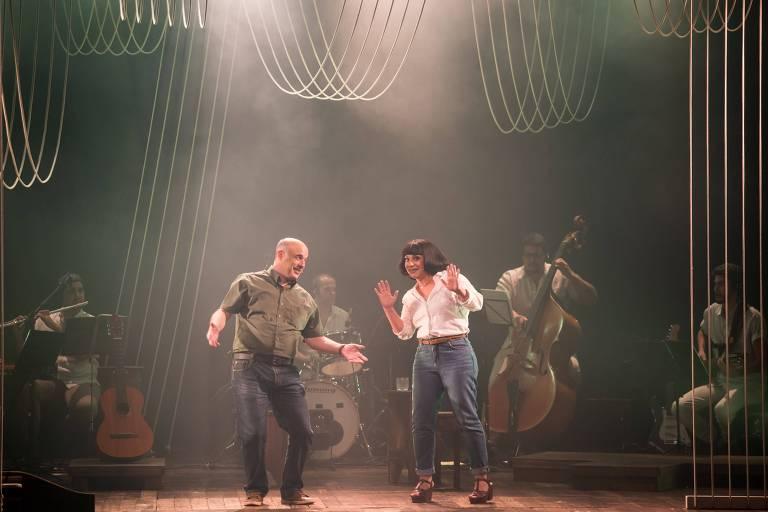 Atores Marcos França e Aline Carrocino em cena do musical 'Nara - A Menina Disse Coisas'