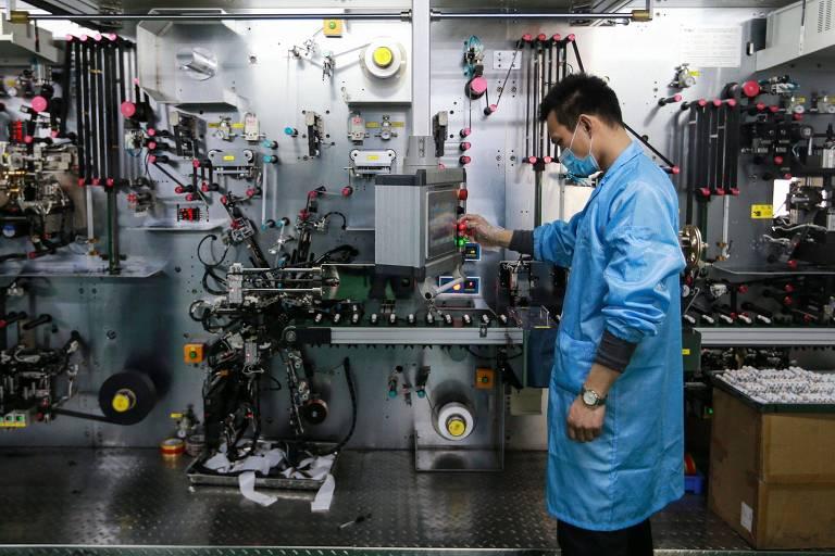 Funcionário trabalha em fábrica de batéria, em Huaibei, na China