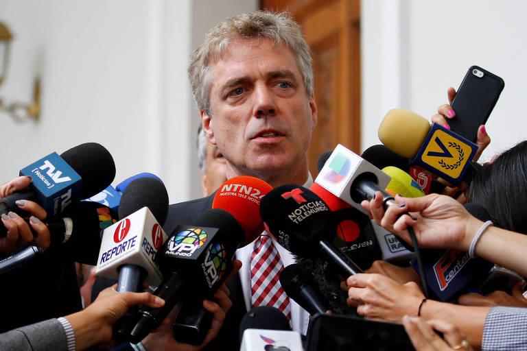 O embaixador da Alemanha na Venezuela, Daniel Martin Kriener, concede entrevista no aeroporto Simón Bolívar, no dia em que Guaidó voltou a Caracas