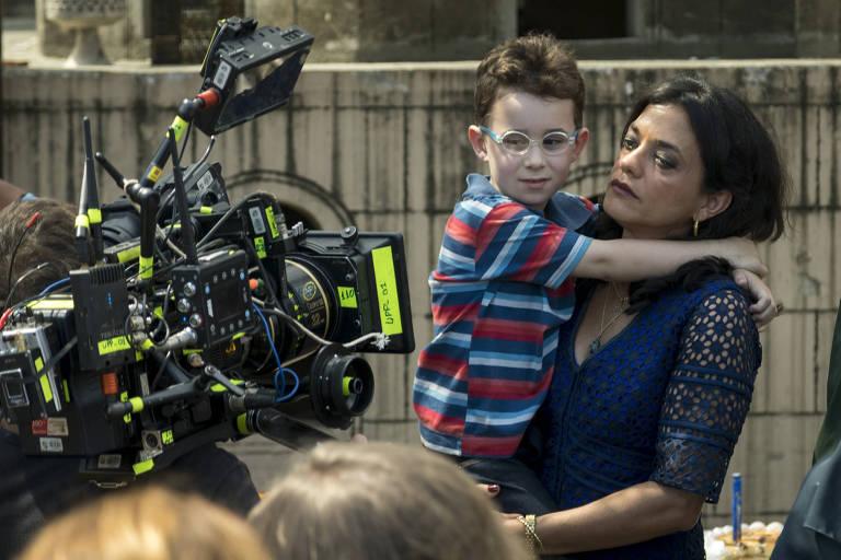 Missade ( Ana Cecília Costa) com o filho mais novo em cena da novela